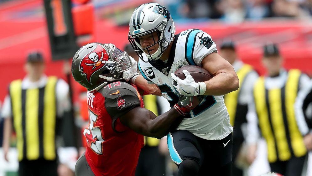 Bleib' mir vom Leib! Panthers-Running-Back Christian McCaffrey (r.) entledig... - Bildquelle: imago