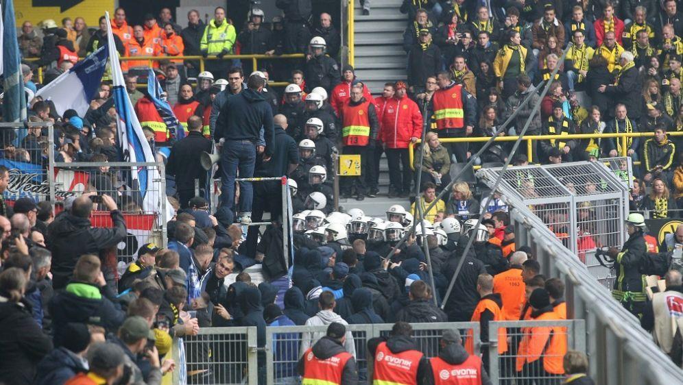Der DFB ermittelt gegen Dortmund und Berlin - Bildquelle: FIROFIROSID