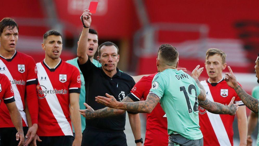 Evertons Lucas Digne sah für sein Foul an Kyle Walker-Peters rot. - Bildquelle: 2020 Getty Images