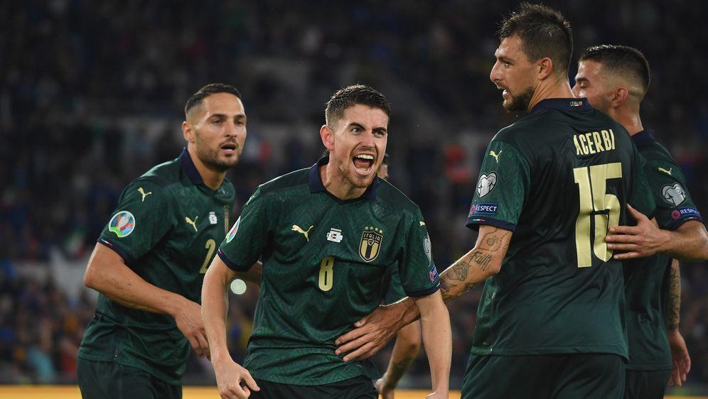 Jorginho (Mi.) brachte Italiens Nationalmannschaft gegen Griechenland in Füh... - Bildquelle: 2019 Getty Images