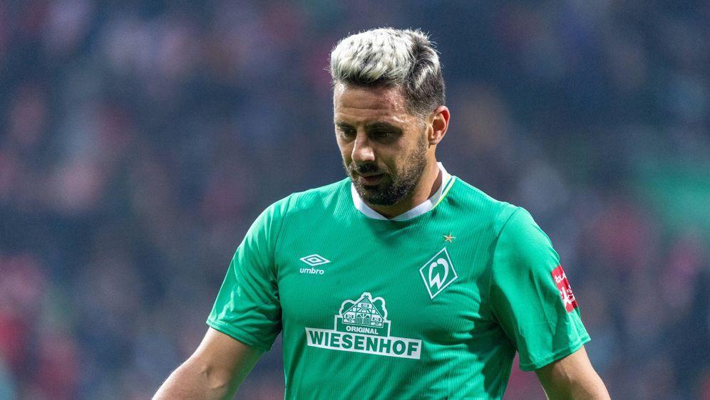 Werder Bremens Vereins-Legende Claudio Pizarro droht eine Suspendierung. - Bildquelle: imago