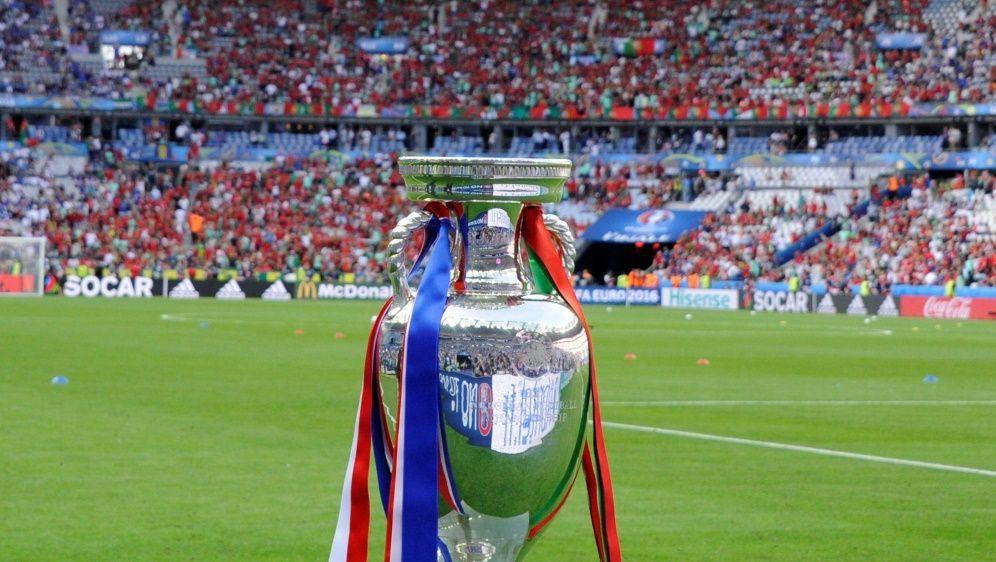 Das Pokal wird im Londoner Wembley Stadion übergeben - Bildquelle: PIXATHLONPIXATHLONSID