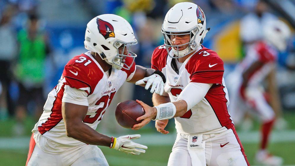 Running Back David Johnson (l.) stellt sich hinter seinen Quarterback Josh R... - Bildquelle: Getty