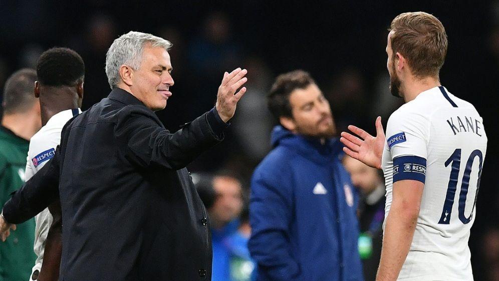 Jose Mourinho (l.) feiert mit Harry Kane - Bildquelle: AFPSIDBEN STANSALL