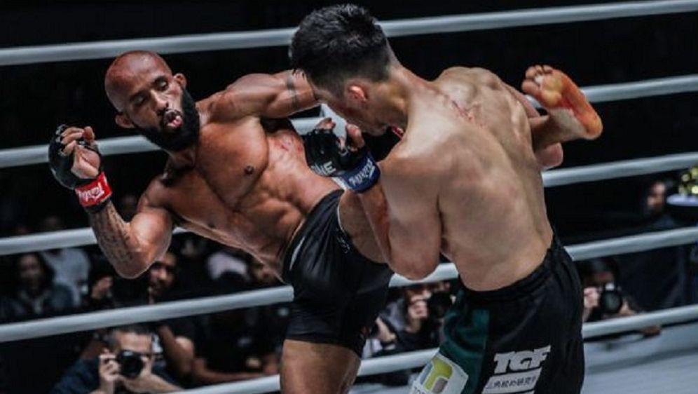 Demetrious Johnson (li.) steht im Finale des Grand Prix im Fliegengewicht - Bildquelle: ONE Championship
