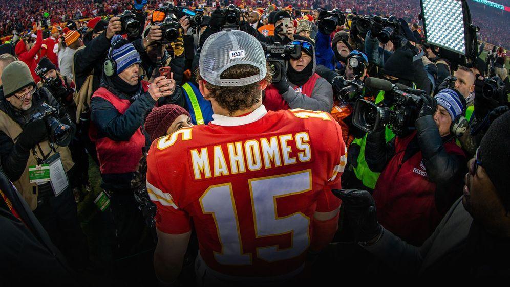 Quarterback Patrick Mahomes feiert den Einzug seiner Kansas City Chiefs in d... - Bildquelle: getty