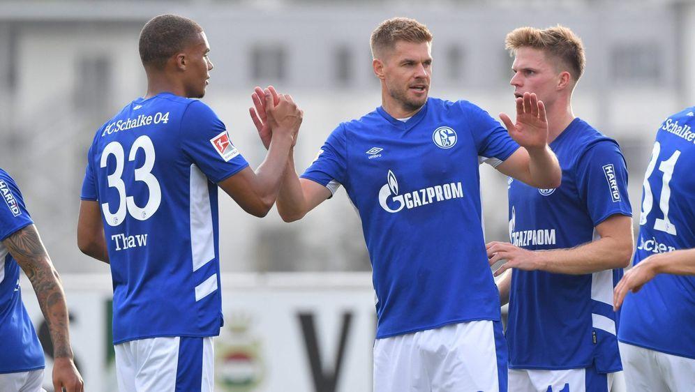 Die Schalker starten mit Ex-HSV-Profi Simon Terodde ins Spiel. - Bildquelle: Imago