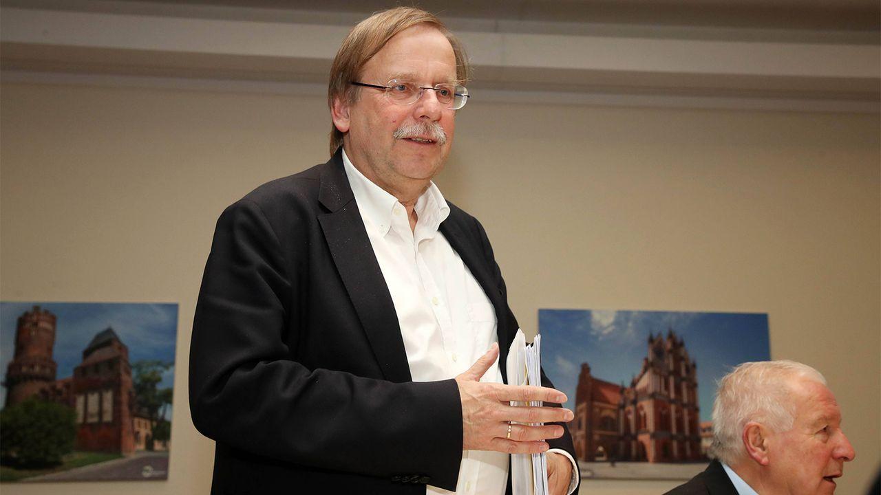 DFB-Vizepräsident Dr. Reiner Koch assistiert Rauball - Bildquelle: imago images / Picture Point LE