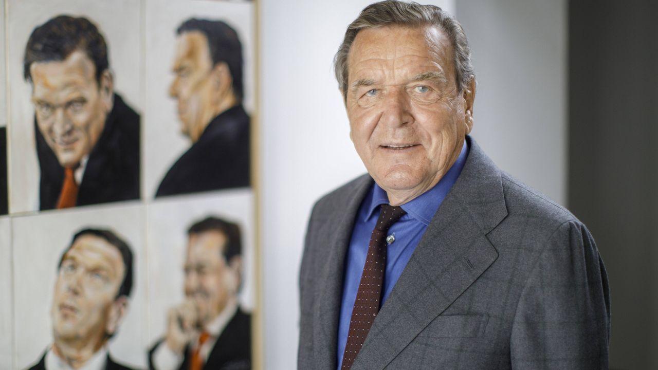 Gerhard Schröder ist Kanzler - Bildquelle: Imago
