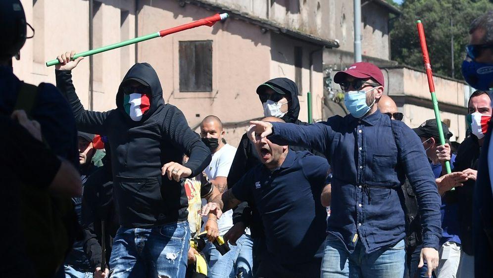 Neofaschisten und Fußball-Ultras demonstrierten in Rom - Bildquelle: AFPSIDANDREAS SOLARO
