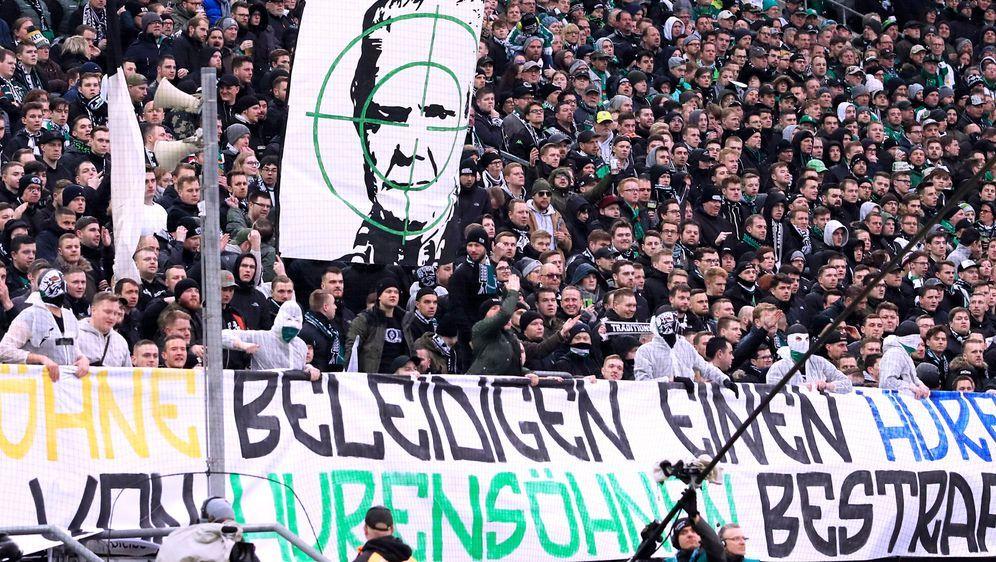 Das Schmähplakat der Gladbacher Ultras im Spiel gegen Hoffenheim. - Bildquelle: imago images/Laci Perenyi