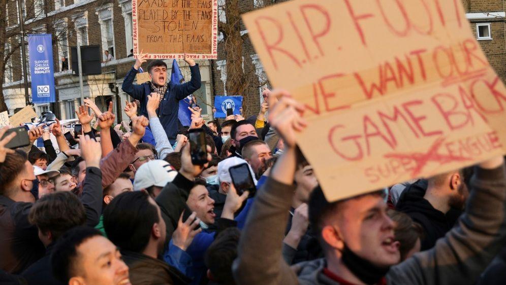 Große Proteste: Die Super League knickt ein - Bildquelle: AFPAFPAdrian DENNIS