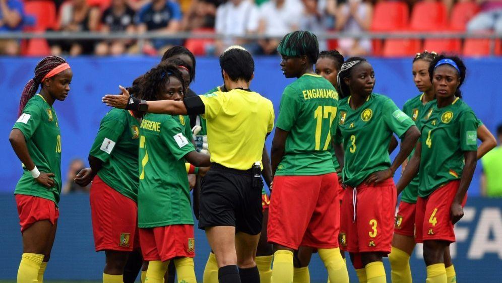Kamerun fühlte sich vom Video-Assistenten benachteiligt - Bildquelle: AFPSIDPhilippe HUGUEN