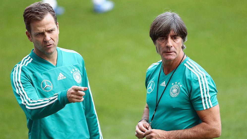 DFB-Direktor Oliver Bierhoff (l.) sieht eine Entwicklung bei der Mannschaft ... - Bildquelle: Getty Images