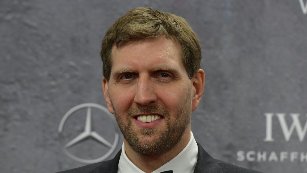 Dirk Nowitzki kann nicht mehr Basketball spielen - Bildquelle: AFPSIDTOBIAS SCHWARZ