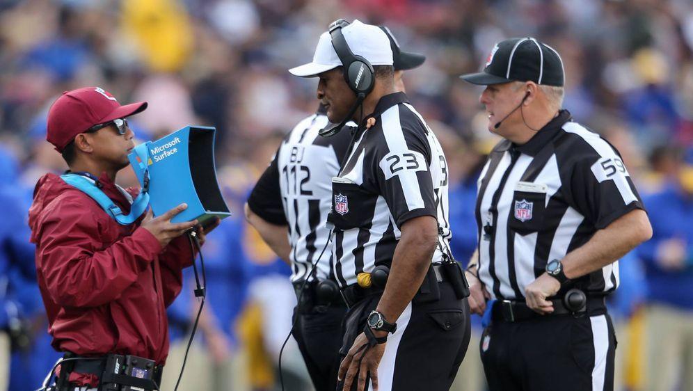 Stehen oft im Mittelpunkt der Diskussionen: die NFL-Referees. - Bildquelle: imago/ZUMA Press
