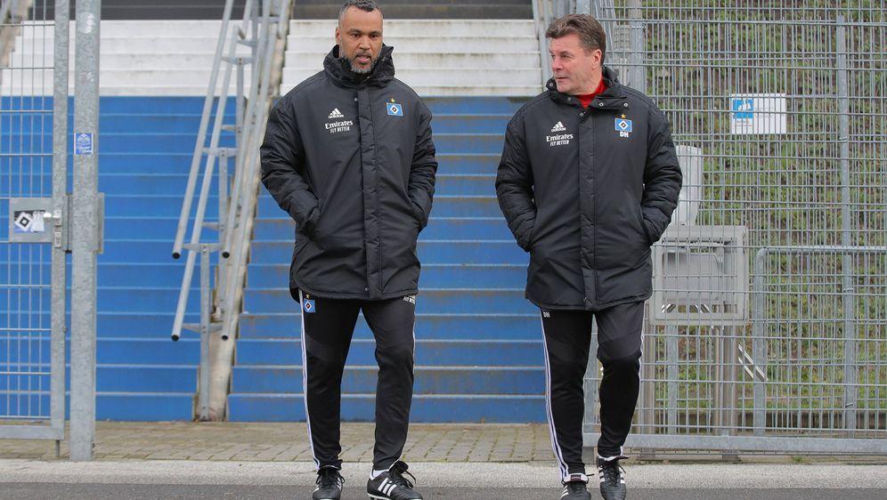 Patrick Esume mit Dieter Hecking beim Hamburger SV - Bildquelle: imago images/Michael Schwarz