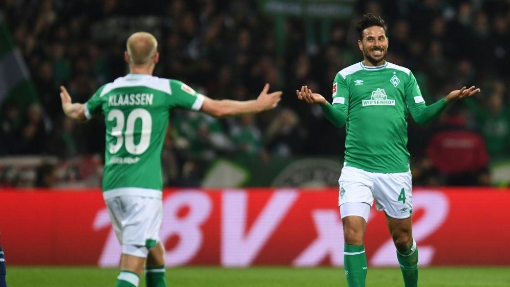 Claudio Pizarro (r.) könnte einen Bayern-Job erhalten - Bildquelle: AFPSIDPATRIK STOLLARZ