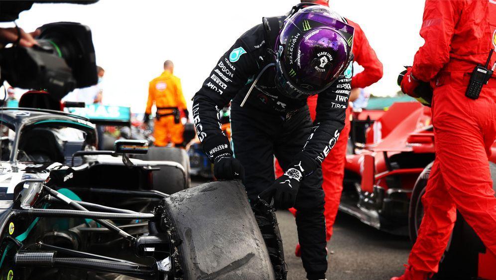 Lewis Hamilton untersucht nach dem Rennen den Reifenschaden an seinem Auto. - Bildquelle: 2020 Getty Images
