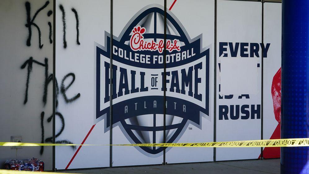 Die Hall of Fame des College-Footballs wurde bei Demonstrationen beschädigt. - Bildquelle: Getty
