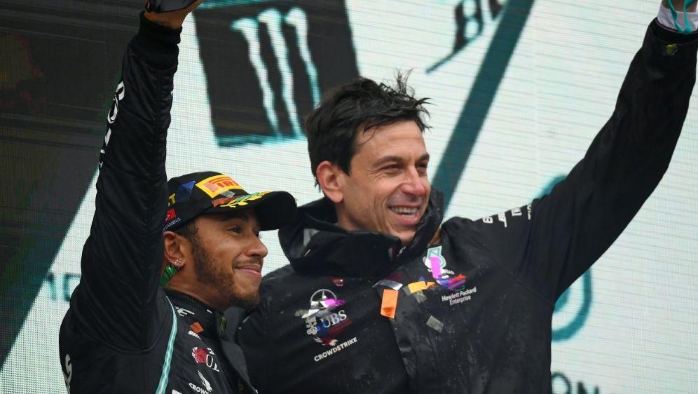 Mercedes will mit Weltmeister Hamilton verlängern - Bildquelle: AFPPOOLSIDCLIVE MASON