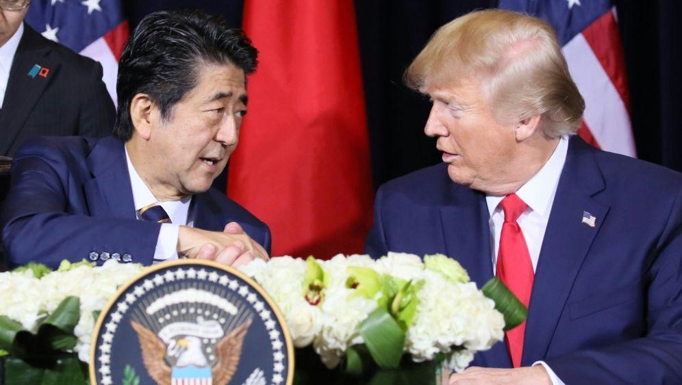 Trump und japanischer Premierminister Abe - Bildquelle: AFPSIDKaname Yoneyama