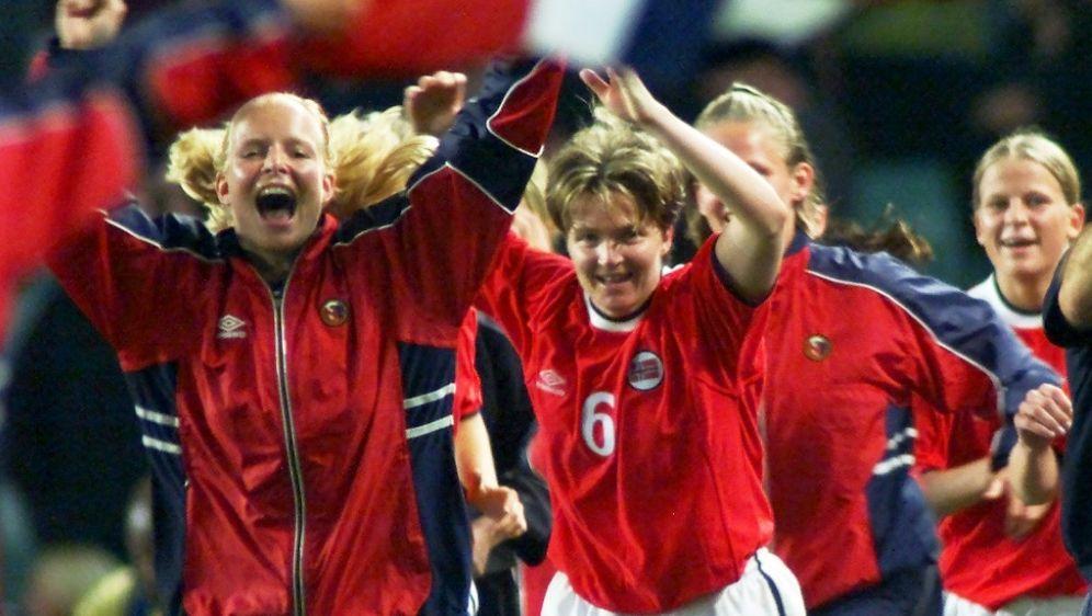 Hege Riise (r.) übernimmt englisches Frauenteam - Bildquelle: AFPSID-