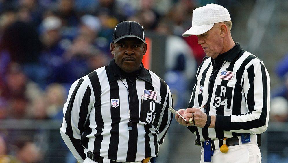 Schiedsrichter Roy Ellison (l.) wird beschuldigt, einen Spieler beleidigt zu... - Bildquelle: Getty Images