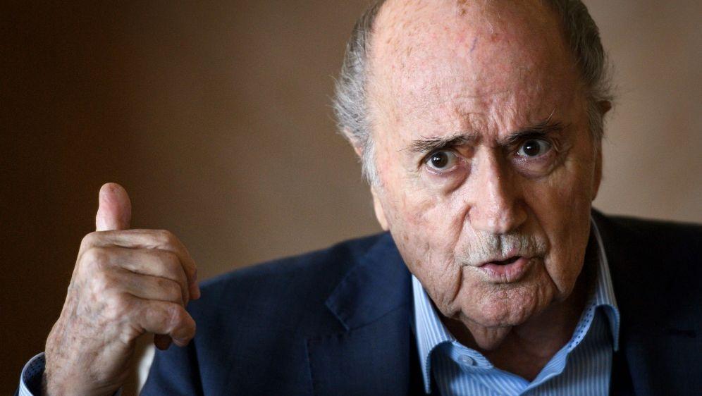 Sepp Blatter glaubt an die Unschuld von Platini - Bildquelle: AFPSIDFABRICE COFFRINI
