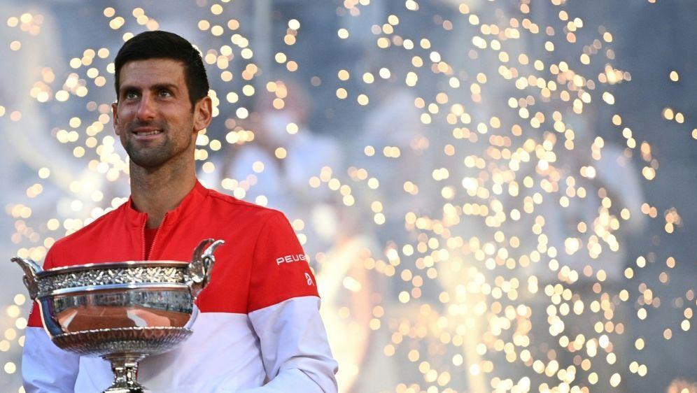 Djokovic schenkte sein Racket nach dem Finale einem Fan - Bildquelle: AFPSIDANNE-CHRISTINE POUJOULAT