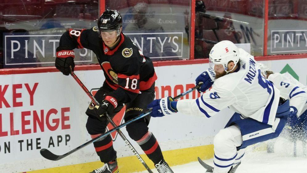 Stützle (li.) feierte sein NHL-Debüt - Bildquelle: AFPGETTYSIDMatt ZamboninFreestyle Photo