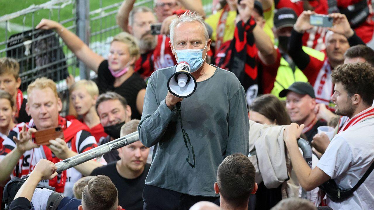 Coach Streich stimmt im Block die Gesänge an - Bildquelle: imago images/Sportfoto Rudel