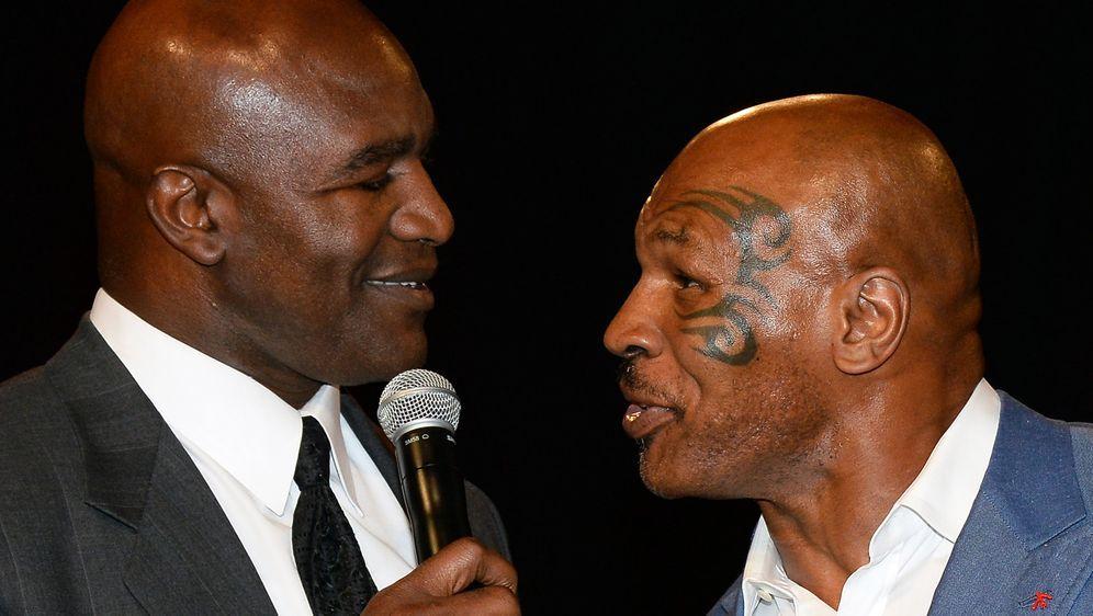 Die Box-Legenden Evander Holyfield (li.) und Mike Tyson (re.) wollen es mit ... - Bildquelle: 2014 Getty Images