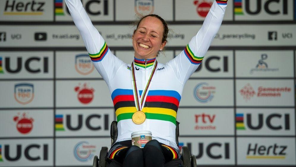Annika Zeyen freut sich über ihre Goldmedaille - Bildquelle: Oliver Kremer, sports.pixolli.comOliver Kremer, sports.pixolli.comSIDOliver Kremer