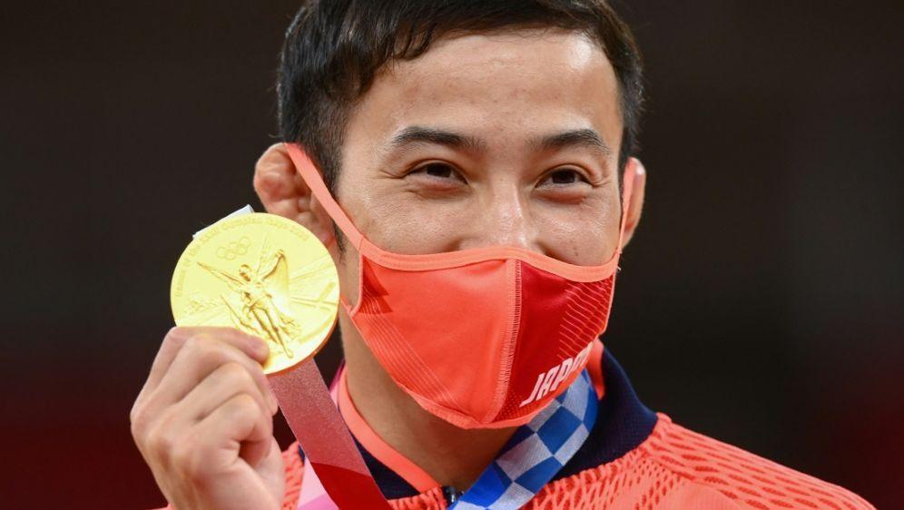 Takato erhält Gratulation von Premierminister Suga - Bildquelle: AFPSIDFRANCK FIFE