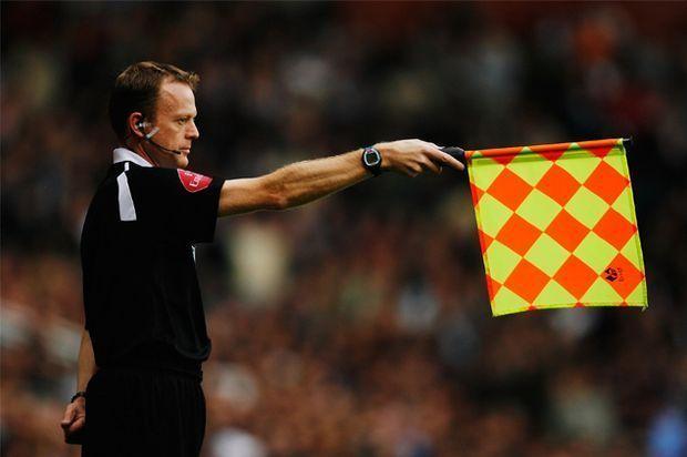 Der Linienrichter hilft dem Schiedsrichter bei der Abseitsregel.