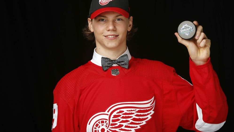 Moritz Seider im Trikot der Detroit Red Wings - Bildquelle: GETTY AFPSIDKevin Light