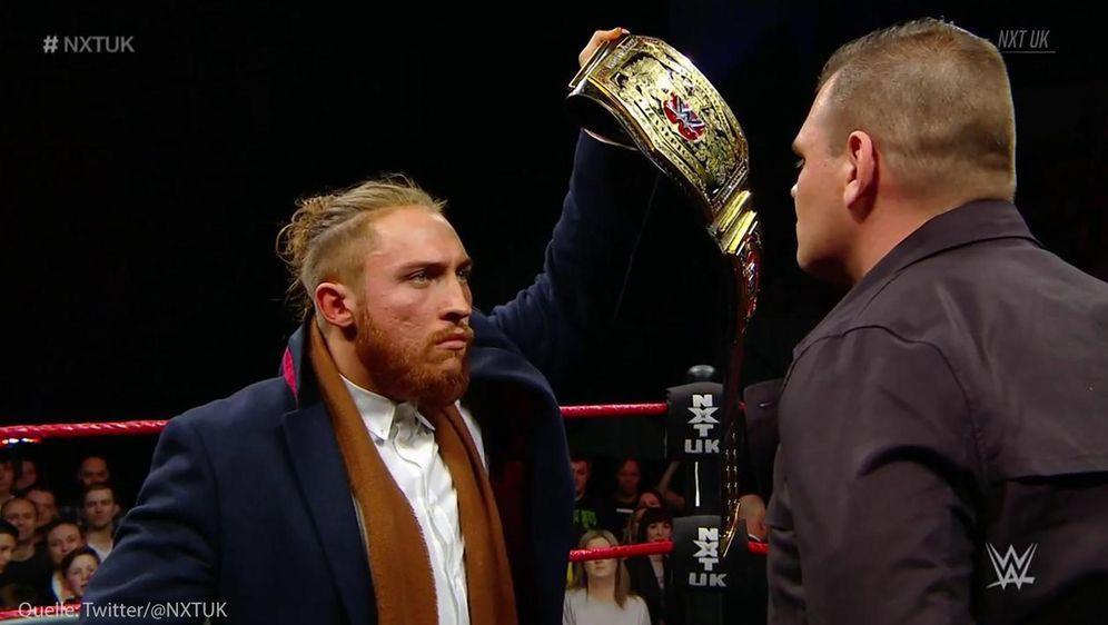 Der aktuelle Titelträger Pete Dunne (links) und Herausforderer Walter (recht... - Bildquelle: WWE