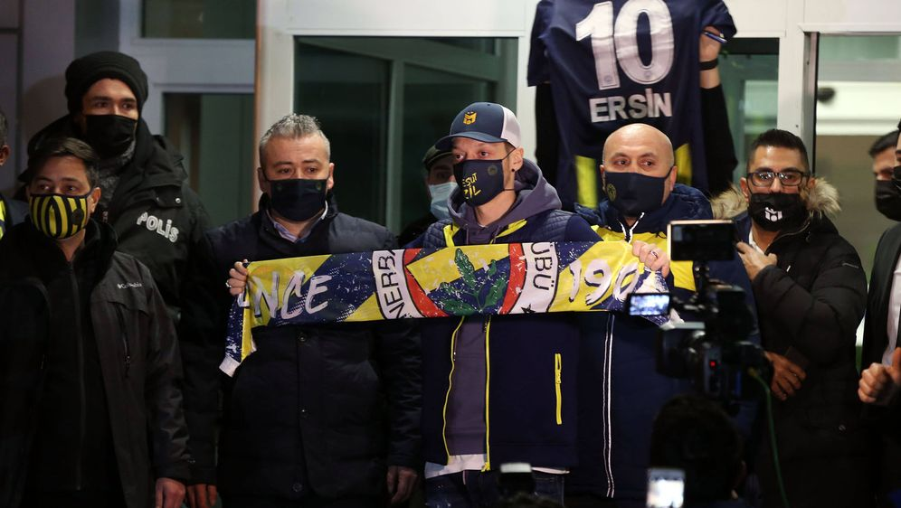 Neuzugang Mesut Özil (m.) sorgt bei Fenerbahce Istanbul für Euphorie. - Bildquelle: imago images/Depo Photos