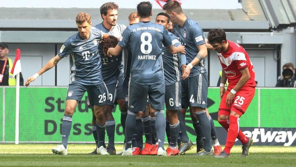 Die Münchener feiern einen ungefährdeten Sieg - Bildquelle: FIROFIROSID