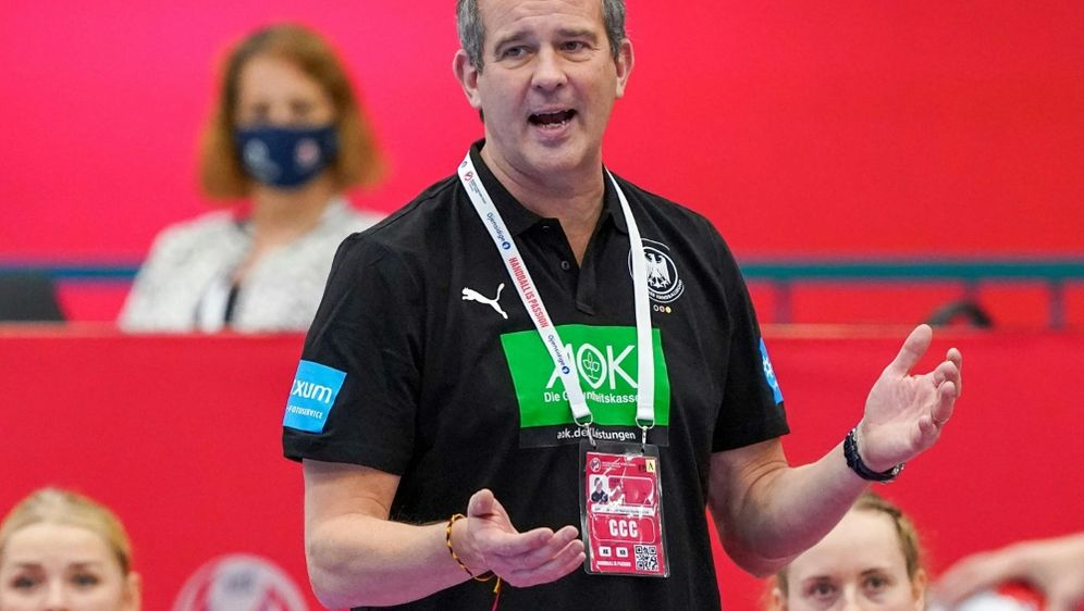 Henk Groener und die DHB-Frauen feiern Hinspielsieg - Bildquelle: FIROFIROSID