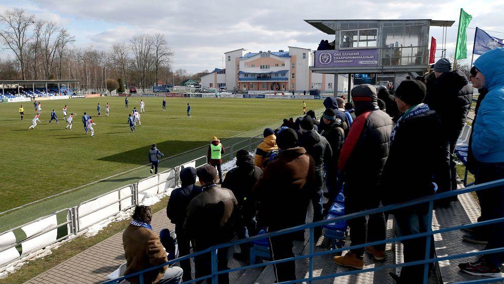 Gefüllte Tribünen beim Spiel zwischen FK Slutsk und Slavia Mozyr - in Weißru... - Bildquelle: imago images/ITAR-TASS