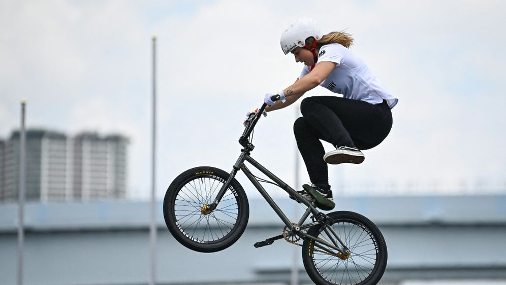Lara Lessmann kämpft auf dem BMX um Edelmetall - Bildquelle: AFPSIDLIONEL BONAVENTURE