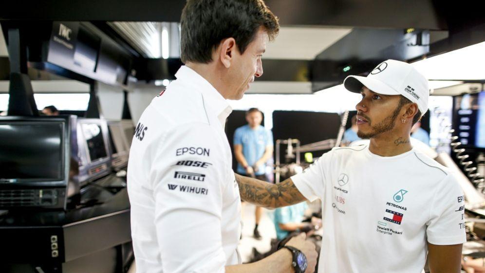 Mercedes-Motorsportchef Wolff und Weltmeister Hamilton - Bildquelle: PIXATHLONPIXATHLONSID