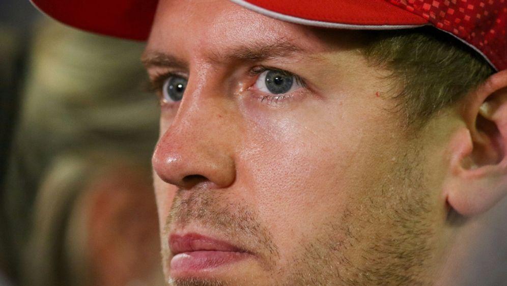 Vettel passt Sitz im Aston-Martin-Werk an - Bildquelle: firo Sportphotofiro SportphotoSIDfiro Sportphoto