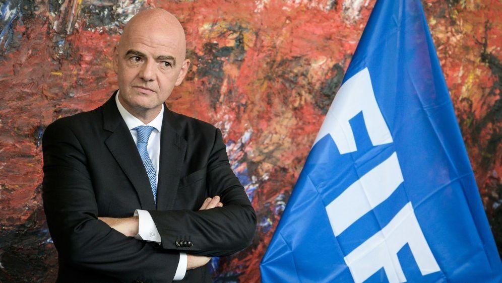 Infantino und FIFA sammeln Geld im Kampf gegen AIDS - Bildquelle: AFPSIDFABRICE COFFRINI