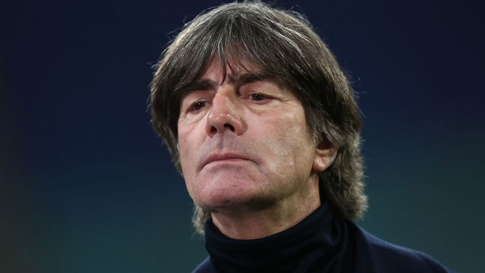 Der DFB hält an Trainer Löw fest. - Bildquelle: Getty Images