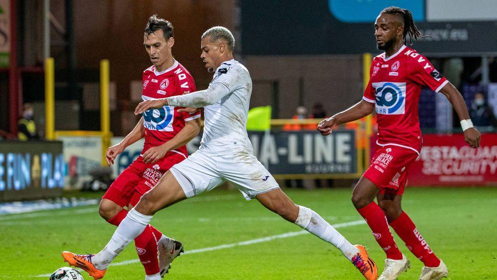 Lukas Nmecha (m.) dreht bei RSC Anderlecht richtig auf. - Bildquelle: imago images/Belga