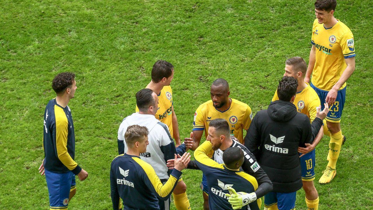 Auch Eintracht Braunschweig kann zumindest Platz 16 sichern - Bildquelle: imago images/Eibner