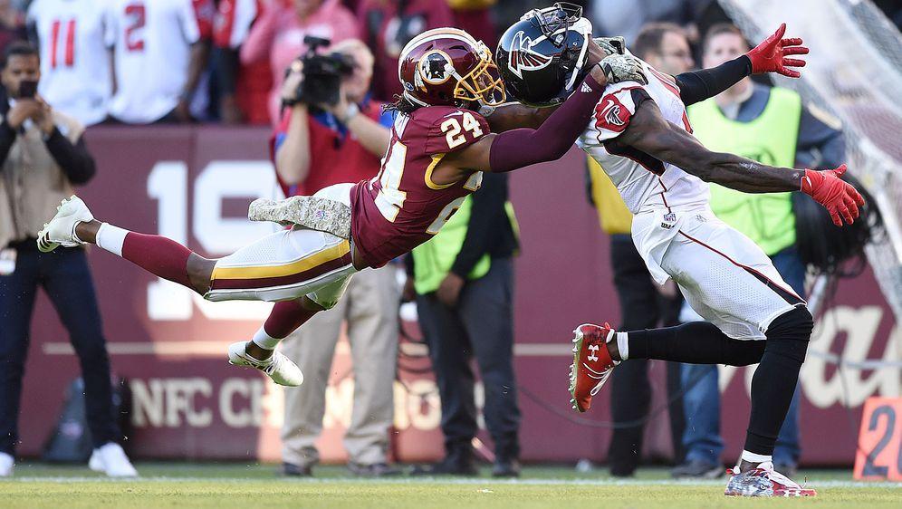 So nicht erlaubt: Josh Norman von den Washington Redskins (l.) unterbindet e... - Bildquelle: Getty Images